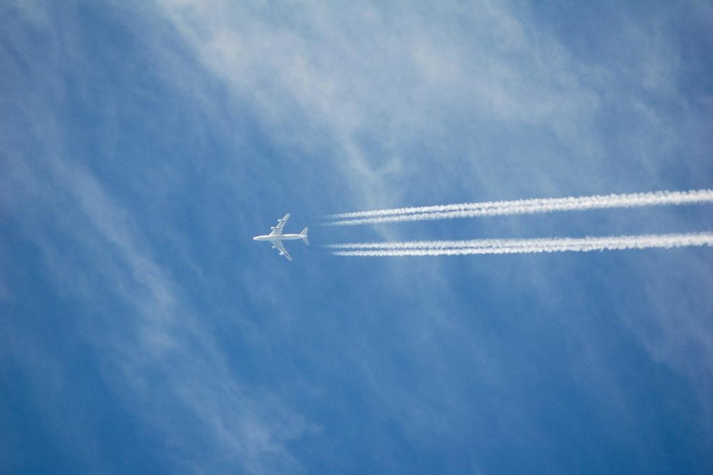 海外旅行に飛ぶ飛行機