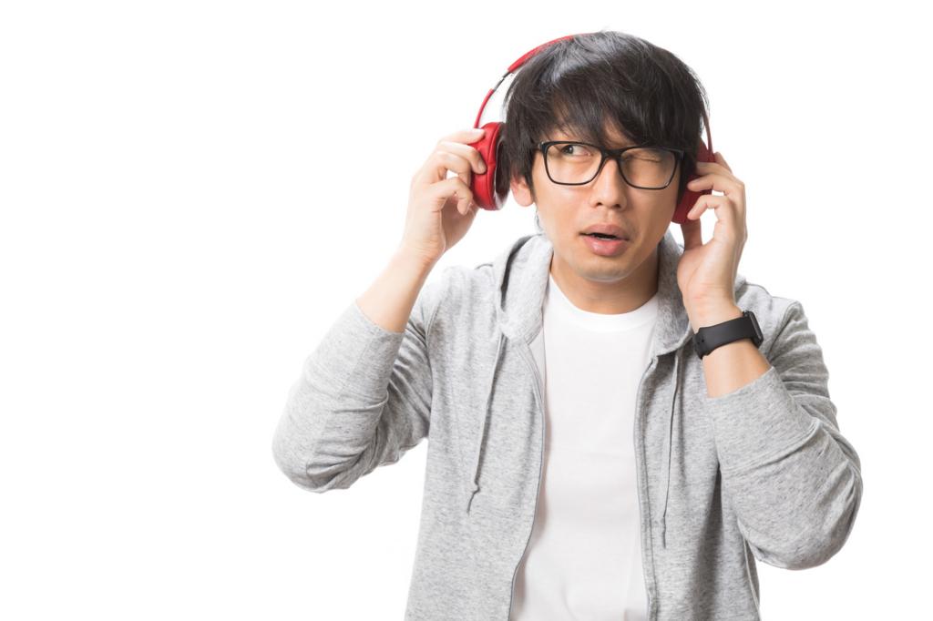 ヘッドフォンで音楽鑑賞をする男性