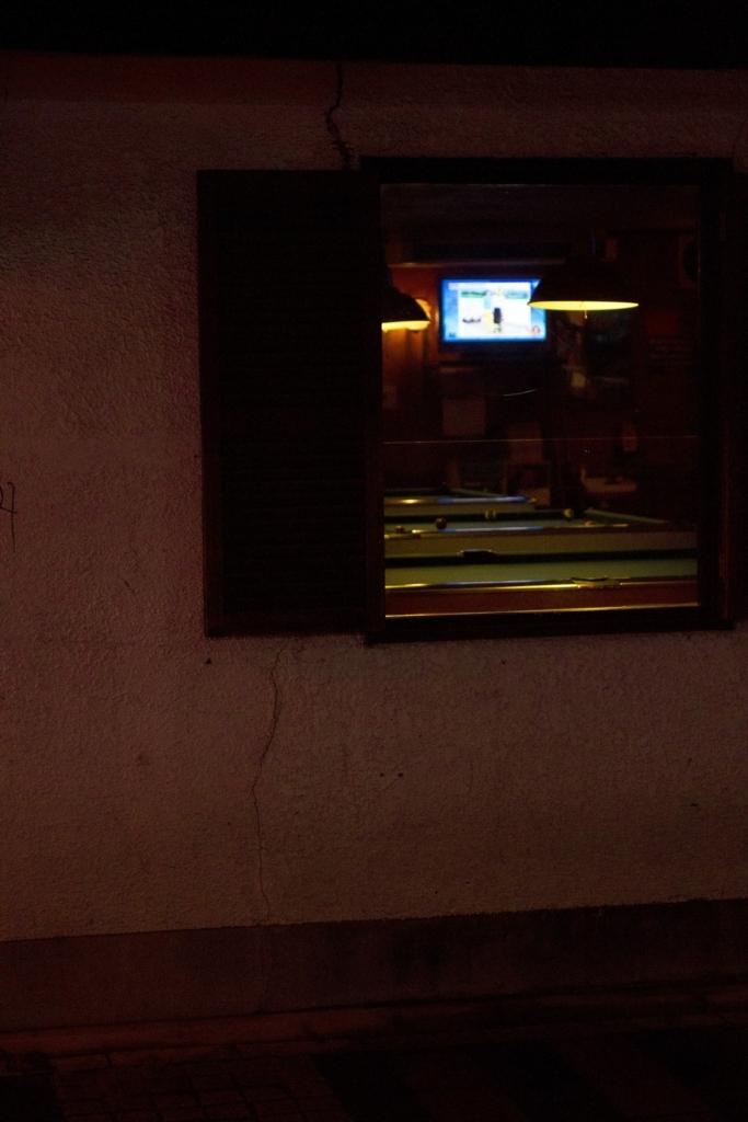 ショットバーの窓から見えるビリヤード