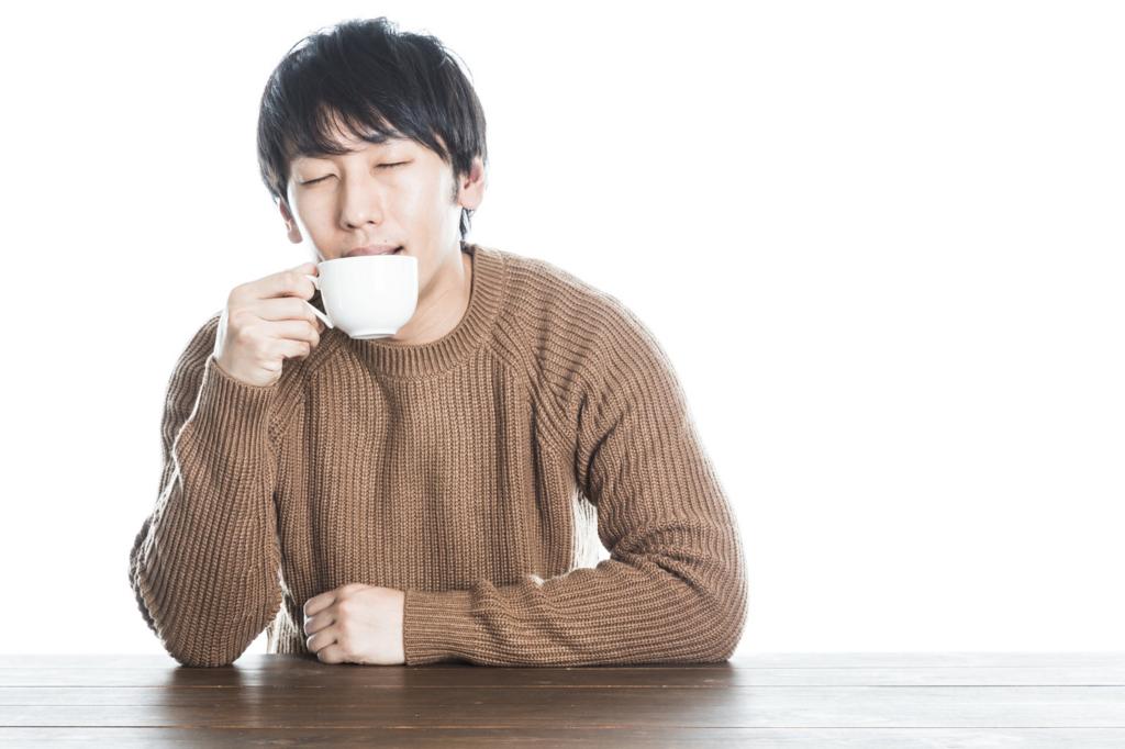 紅茶を飲む男性