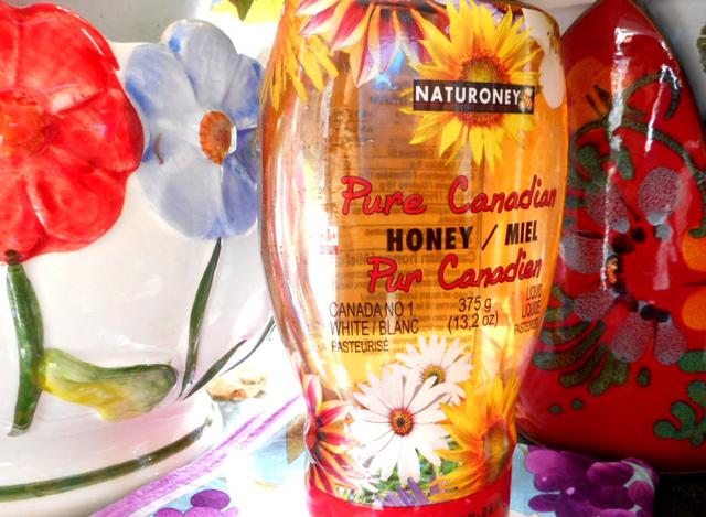こちらのハチミツは使いやすい容器が特徴の「ナチュロニー・カナディアンハニー」。