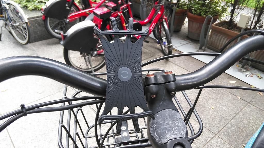 写真:シェアサイクルのハンドル部分にスマホホルダーを装着