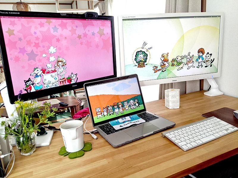 机に座ったときの風景。両ディスプレイの前にMacbookProを置いている