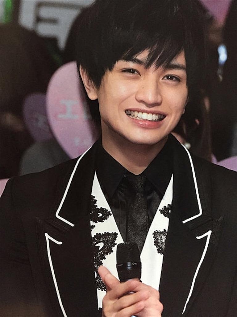 笑顔でマイクを持つ中島健人
