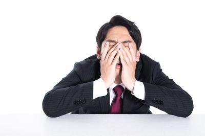 人間関係が苦手で疲れている人の画像