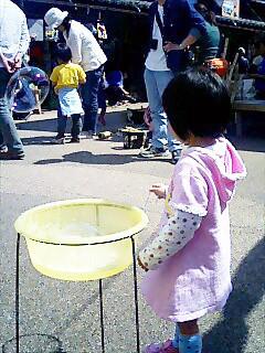 ポコペン横丁でシャボン玉遊び