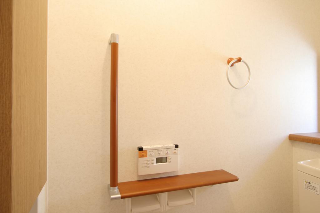 手すりをつけてバリアフリー仕様のトイレに