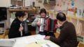 [2012冬・気仙沼] 気仙沼第二保育園にアコーディオンを贈呈。さっそく奏法のアドバイ
