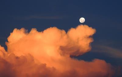 月は神秘の扉