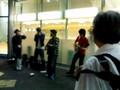 [音楽][楽器]荻窪駅前で演奏するジャグ・バンド。左端がウォッシュタブ・ベース。