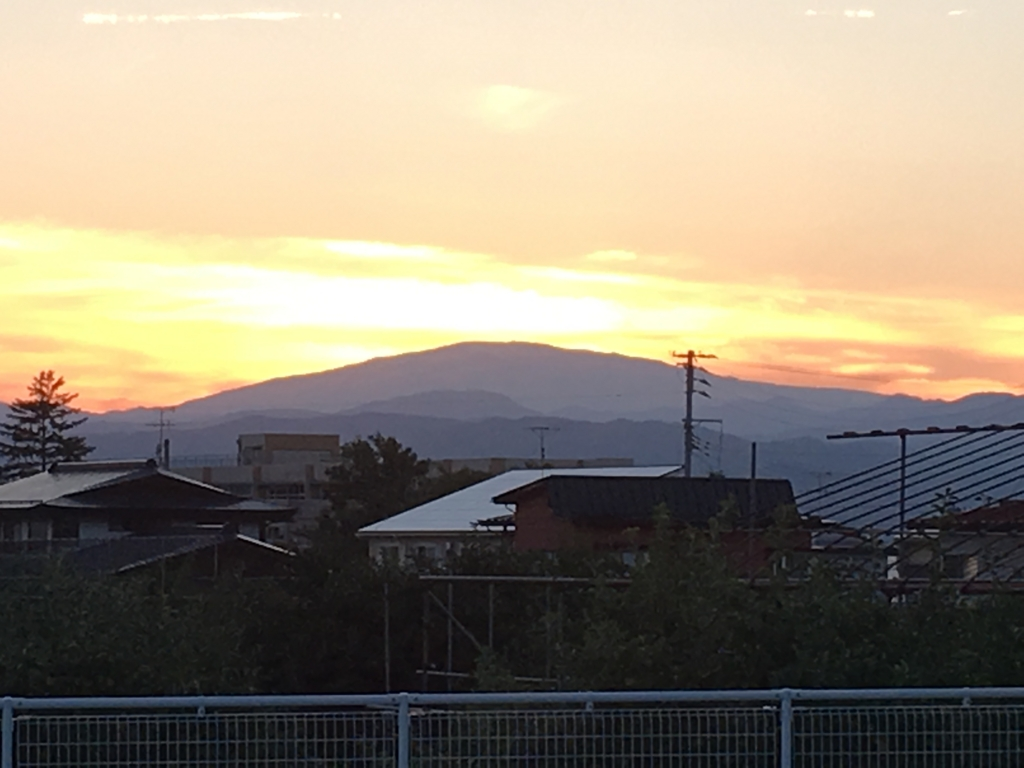月山に日が沈んでいきます