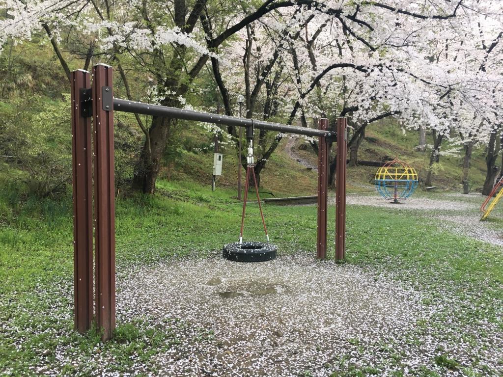 桜吹雪のタイヤを利用した遊具