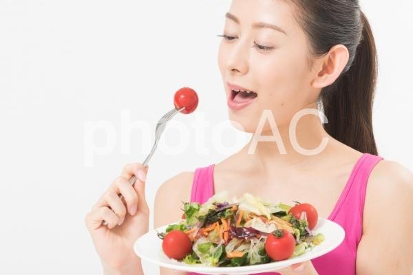 食事を美味しそうに食べる女性