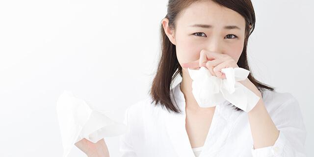 後鼻漏、鼻をティッシュでかむ女性