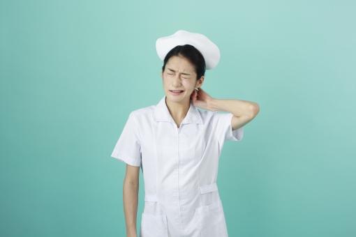 首の痛みに悩む看護師さん