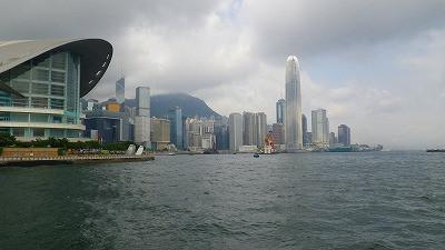 香港コンペテンションセンターと高層ビ
