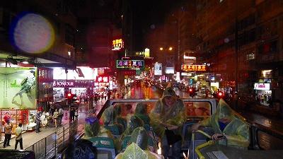 香港の夜の街をオープントップバスで走り抜けました