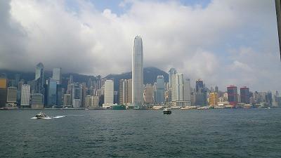 香港島と九龍半島を結ぶ海上のフェリーからの眺め