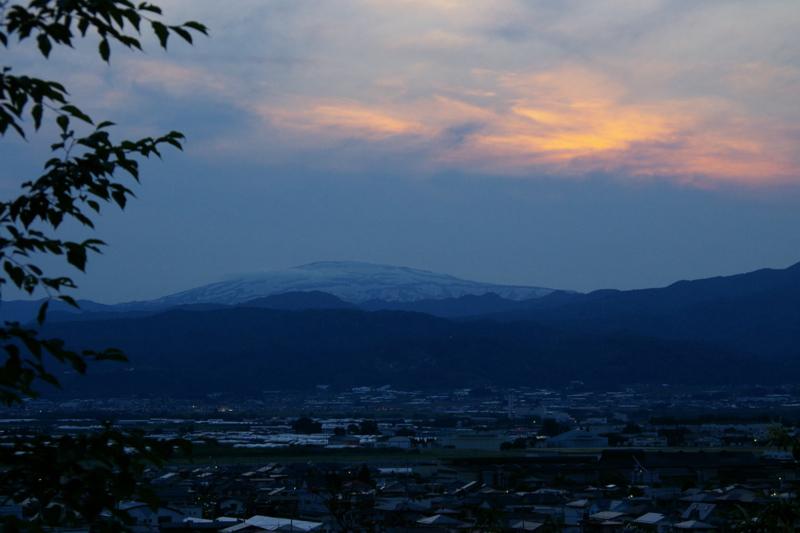 月山が夕焼けを浴びながら今日の一日にさようならをしています。