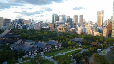 東京のホテルから眺めた風景、増上寺と遠くに東京スカイツリーです。
