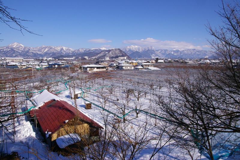 奥羽山脈眺め 赤い屋根のある風景
