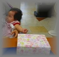 出産お祝いのアルバムと赤ちゃん