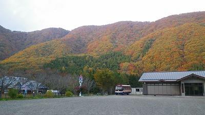 岩瀬湯本、山々の紅葉が綺麗でした。