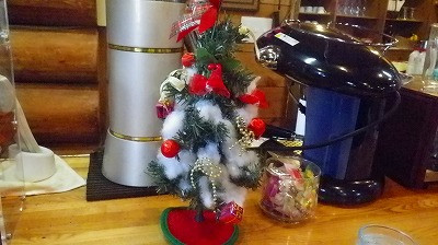 クリスマスムードの喫茶店