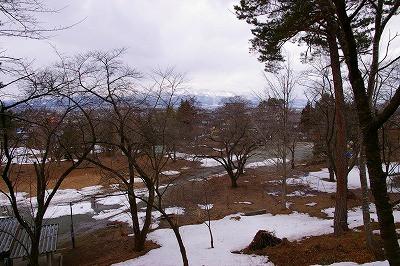 若木山を登る途中から眺める若木山(おさなぎやま)公園です。