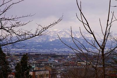 葉山が輝くように鎮座しています。