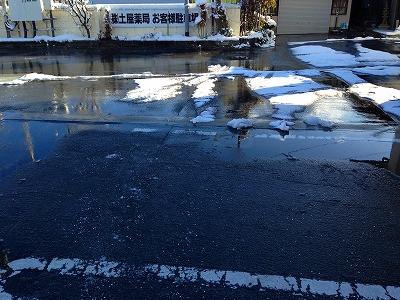 雪が積もったのでスタッフたちが一生懸命に駐車場の雪はきをしてくれました。