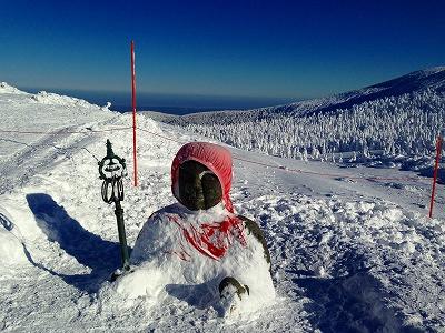 冬の蔵王のお地蔵さん、頭まで雪ですっぽり