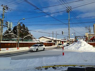 土屋薬局の前の道路は旧国道13号線、羽州街道