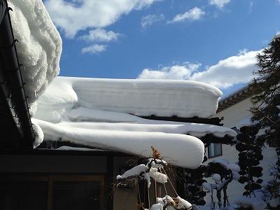 離れの屋根の雪も溶けてほしいです。