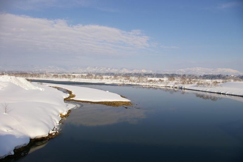冬の晴れた最上川