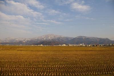 県道沿いから村山市の中心街の上に、奥羽山脈を眺める
