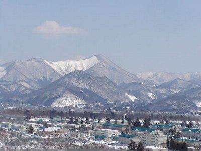 陸上自衛隊第六師団越しに眺める奥羽山脈