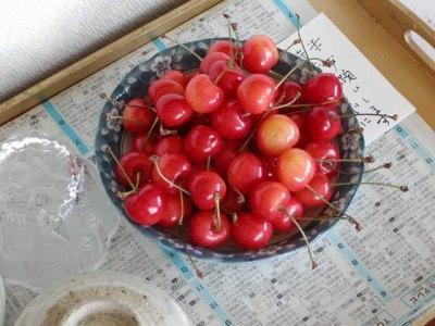 今日(2005年6月30日)の我が家の食卓です。さくらんぼが彩りを添えています。