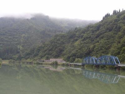 252号線から眺める只見川と只見線です。