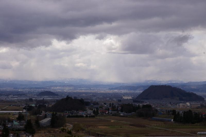 小高い展望台からの眺め 大森山と若木山 17-70ミリ>