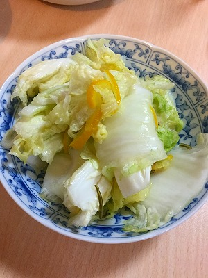妻が白菜と柚子で漬物をつけました。