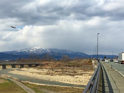 山形空港から飛行機も空へ飛んでいきました。