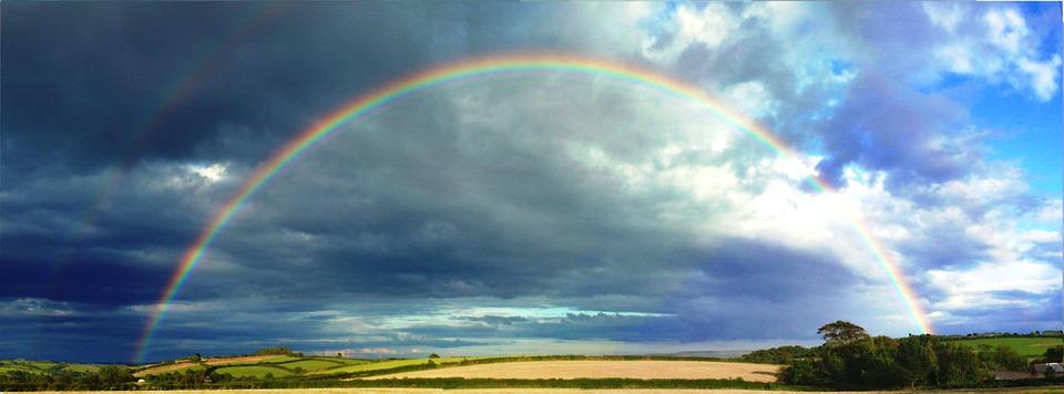 大空に架かる虹