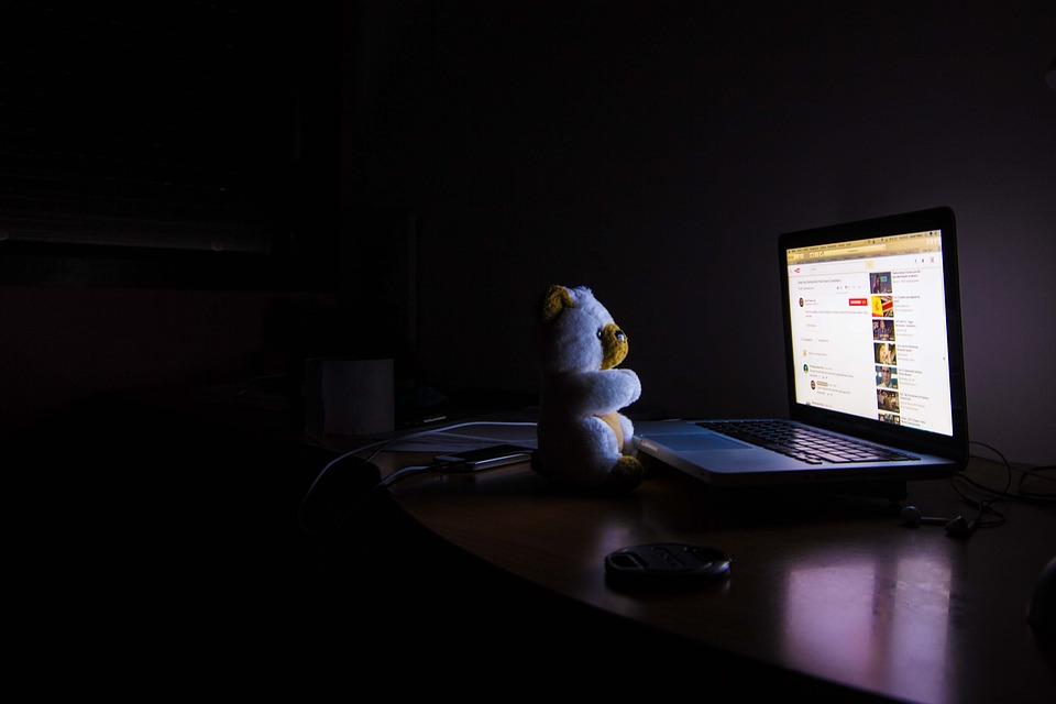 夜のパソコン、スマートフォンは控えめに