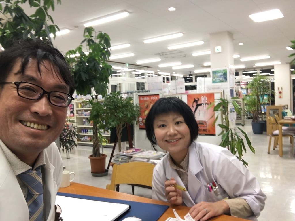 土屋薬局店内で 妻と土屋幸太郎