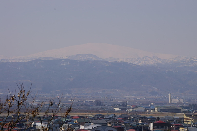 春霞の月山