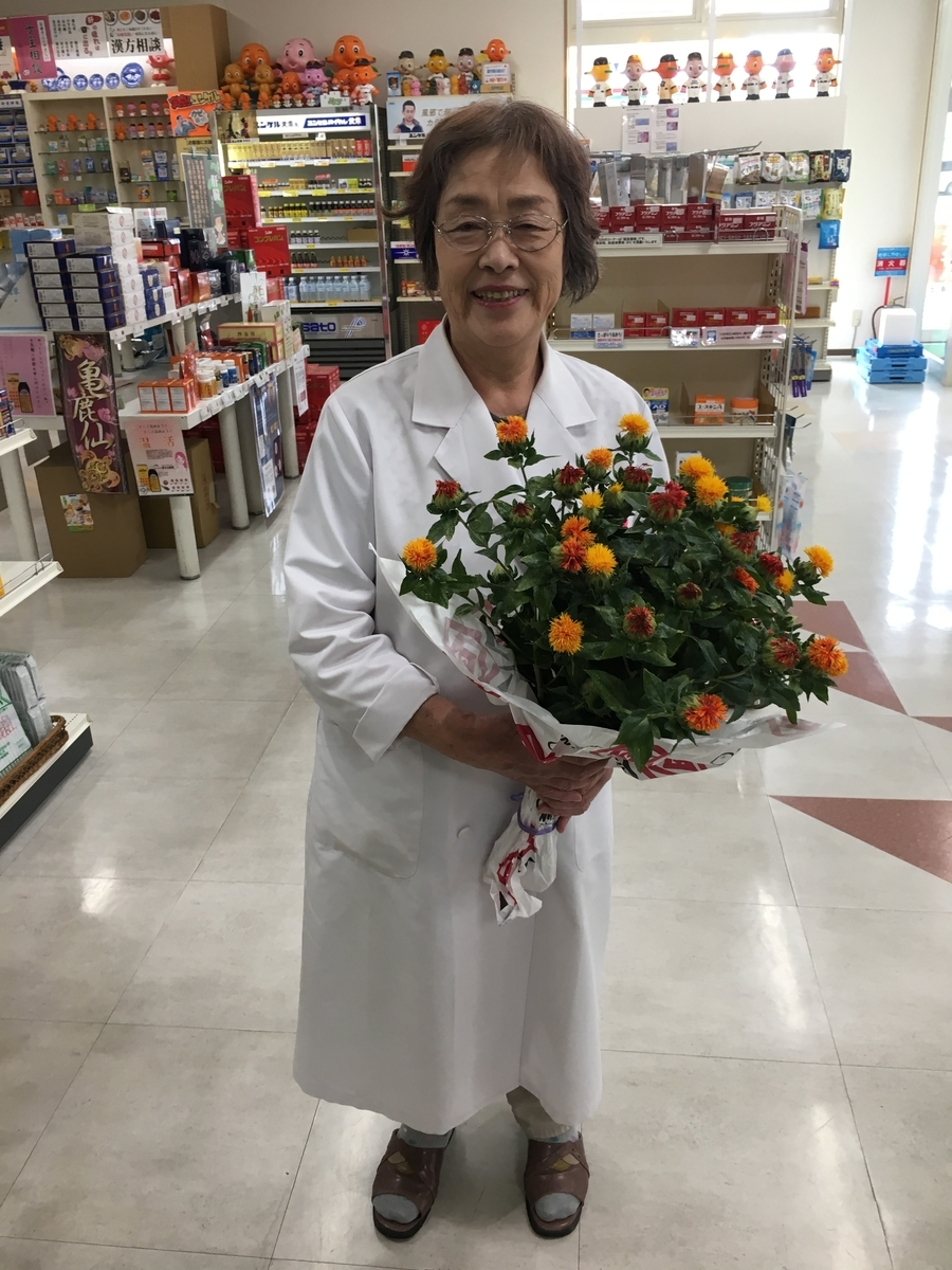 紅花と母親