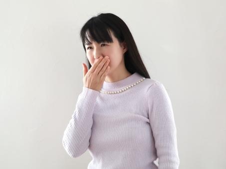 口内炎、歯周炎、ドライマウスに悩む女性