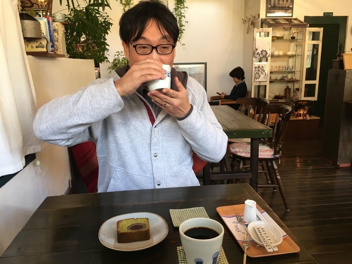 コーヒーを飲む土屋氏です。笑