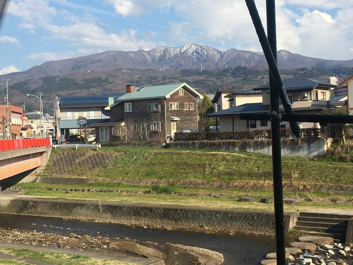 窓際から眺める白山橋と蔵王の風景が好きです。